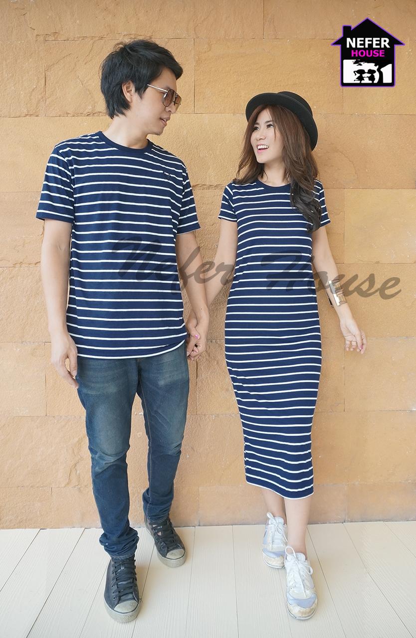 ชุดคู่รัก ผู้ชายเป็นเสื้อยืดคู่รักสีน้ำเงินกรมริ้วขาวทรงยาว
