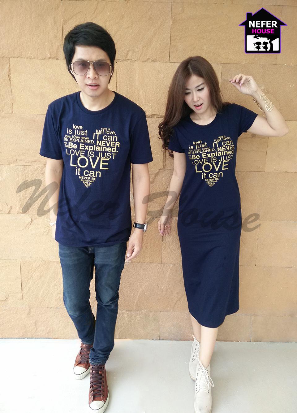 เสื้อคู่รักเกาหลี ทรงยาวสีกรมตัดกับสกรีนสีเหลืองทอง ทำเป็นรูปหัวใจ