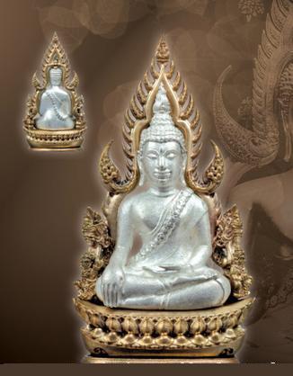 พระพุทธชินราช พิมพ์แต่งฉลุลอยองค์ เนื้อโลหะชุบเงิน ซุ้มนวโลหะตอกโค๊ดพุทธยันตี รหัส 0084