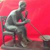 รัชกาลที่ 5 เนื้อทองเหลือง ทรงทำกับข้าว ขนาด 5 นิ้ว ร. 5 ทรงทำอาหาร ประกอบด้วย 3 ชิ้น เช่น เก้าอี้, ตัวพระองค์ท่าน และ กระทะ + เตาหลิว เนื้อทองเหลืองรมดำรหัส 0142