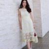 เดรสลูกไม้แขนกุดสีขาว ตัวผ้าเป็นงานปักดอกไม้สีเหลือง